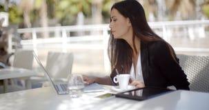 Młody bizneswoman ma kawową przerwę zbiory wideo
