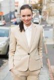 Młody bizneswoman ono uśmiecha się i chodzi Fotografia Royalty Free
