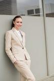 Młody bizneswoman opiera przeciw ścianie Zdjęcia Stock