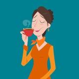 Młody bizneswoman pije kawę, herbacianej przerwy czas w jaskrawym biurze Zdjęcie Stock