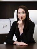 Młody bizneswoman pokazuje zaciszność znaka zdjęcie royalty free