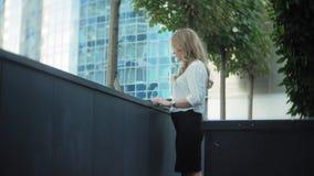 Młody bizneswoman pracuje na laptopie w miasto parka centrum biznesu zbiory