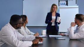 Młody bizneswoman przedstawia nowe pastylki lub pigułki lekarki Fotografia Stock