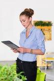 Młody bizneswoman trzyma pastylkę z listą zadania w nowożytnym jaskrawym biurze Biznesowy pojęcie biurowa praca Obraz Stock