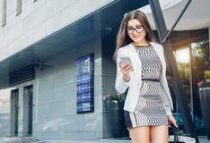 Młody bizneswoman używa jej telefon outside Zdjęcie Royalty Free