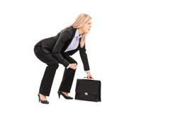 Młody bizneswoman w sumo zapaśnictwa postawy mienia walizce Obraz Royalty Free