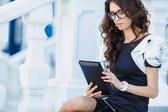 Młody bizneswoman z Cyfrowej pastylką Obrazy Royalty Free
