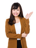 Młody bizneswoman z ręką pokazuje puste miejsce znaka Obraz Royalty Free