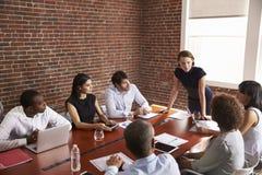 Młody bizneswomanu adresowania sala posiedzeń spotkanie zdjęcia stock
