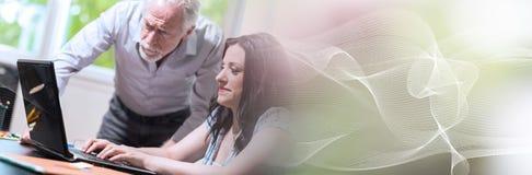 Młody bizneswomanu i seniora biznesmen pracuje wpólnie; panoramiczny sztandar zdjęcie royalty free