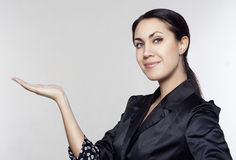 Młody bizneswomanu mienie coś w rękach Obraz Stock