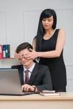 Młody bizneswomanu obsiadanie na stołowym i flirtować Fotografia Stock