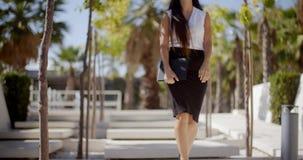 Młody bizneswomanu odprowadzenie przez parka zdjęcie wideo
