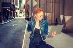 Młody bizneswomanu podróżować, pracuje w Nowy Jork Zdjęcia Royalty Free