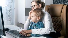 Młody bizneswomanu workinng z jej berbecia synem od ministerstwa spraw wewnętrznych Obraz Royalty Free