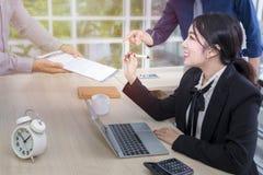 Młody bizneswomanu znak spotkanie z biznesem i dokument zespala się zdjęcie stock