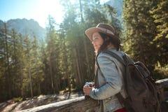 Młody blogger w lesie zdjęcie stock