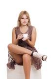Młody blond kobiety obsiadanie z filiżanką herbata fotografia stock