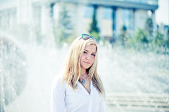 Młody blond kobiety outdoors portret Zdjęcia Royalty Free