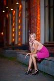 Młody blondyn siedzi na parapet Fotografia Stock