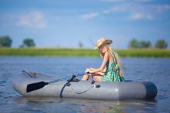 Młody blondynki dziewczyny połów na łodzi Fotografia Stock