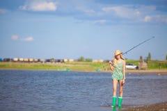 Młody blondynki dziewczyny połów na łodzi w jeziorze Obraz Royalty Free