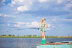Młody blondynki dziewczyny połów w jeziorze Obraz Stock