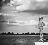 Młody blondynki dziewczyny połów w jeziorze Fotografia Royalty Free