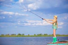 Młody blondynki dziewczyny połów w jeziorze Obrazy Royalty Free