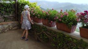 Młody blondynki kobiety odprowadzenie w Ravello przy Włochy zbiory