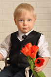 Młody blondynu mężczyzna wewnątrz z bukietów kwiatami. Zdjęcie Royalty Free
