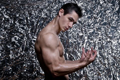 Młody Bodybuilder Napina mięśnie Zdjęcie Stock
