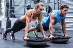 Młody bodybuilder szkolenie z młodą kobietą Obrazy Royalty Free