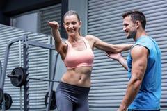 Młody Bodybuilder trenuje młodej kobiety Obraz Stock