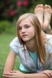 Młody bosy nastolatek relaksuje na trawie zdjęcie royalty free