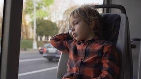 Młody Boyin miasta siedzący autobus w Minsk zdjęcie wideo