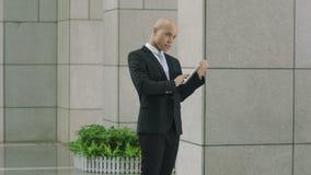 Młody brazylijski dyrektor używa cyfrową pastylkę w lobby zbiory