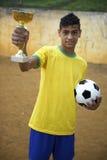 Młody Brazylijski Futbolowy gracza piłki nożnej mienia trofeum zdjęcia stock