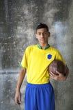 Młody Brazylijski gracz piłki nożnej w Jednolitym mienie futbolu fotografia royalty free