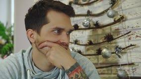 Młody brodaty biznesmen z popielatą bluzą sportowa pracuje w jaskrawym biurze zdjęcie wideo