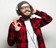 młody brodaty mężczyzna słucha muzyka zdjęcia stock
