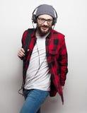 młody brodaty mężczyzna słucha muzyka fotografia royalty free