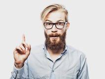 Młody brodaty mężczyzna z dobrym pomysłu znakiem Obrazy Royalty Free