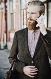 Młody brodaty mężczyzna z wiszącą ozdobą, plenerową fotografia royalty free