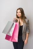 Młody brunetka kupujący. Obraz Royalty Free