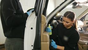 Młody brunetka młodego człowieka i kobiety czysty samochodowy wnętrze w staci obsługi zbiory wideo