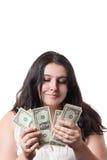 Młody brunetki kobiety liczenia i mienia banknotów amerykański dolarowy pieniądze odizolowywający na bielu Obrazy Royalty Free