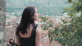 Młody brunetki kobiety odprowadzenie Na Tarasowym I Cieszy się góra widoku zdjęcie wideo