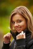 Młody brunetki kobiety portret w jesień kolorze Fotografia Stock