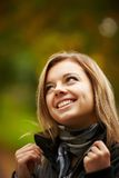 Młody brunetki kobiety portret w jesień kolorze Obraz Stock